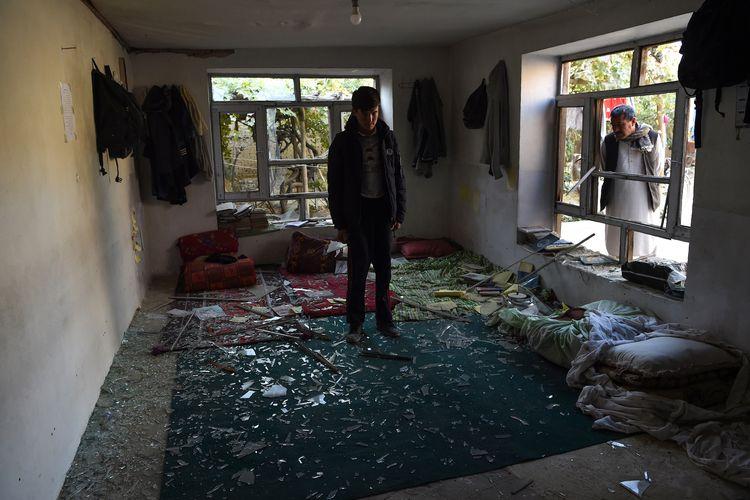 Seorang siswa berdiri di sebuah ruangan saat dia mencari barang-barang miliknya di dekat lokasi di mana seorang pelaku bom bunuh diri meledakkan dirinya di pusat pendidikan Kawsar-e Danis, di Kabul pada tanggal 25 Oktober 2020. Seorang pembom bunuh diri menyerang dekat sebuah pusat pendidikan di ibukota Afghanistan Kabul pada 24 Oktober, menewaskan sedikitnya 18 orang dalam serangan yang diklaim oleh ISIS yang mengguncang negara yang dilanda konflik itu.