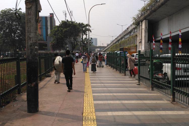 Keadaan trotoar Stasiun Tanah Abang yang lengang pasca penertiban Bulan Tertib Trotoar, Selasa (1/8/2017)