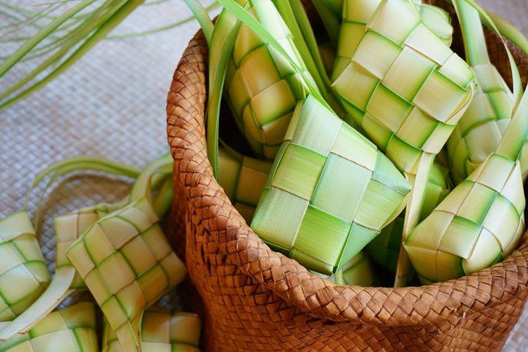 Ketupat adalah hidangan khas pada Hari Raya Lebaran di Indonesia