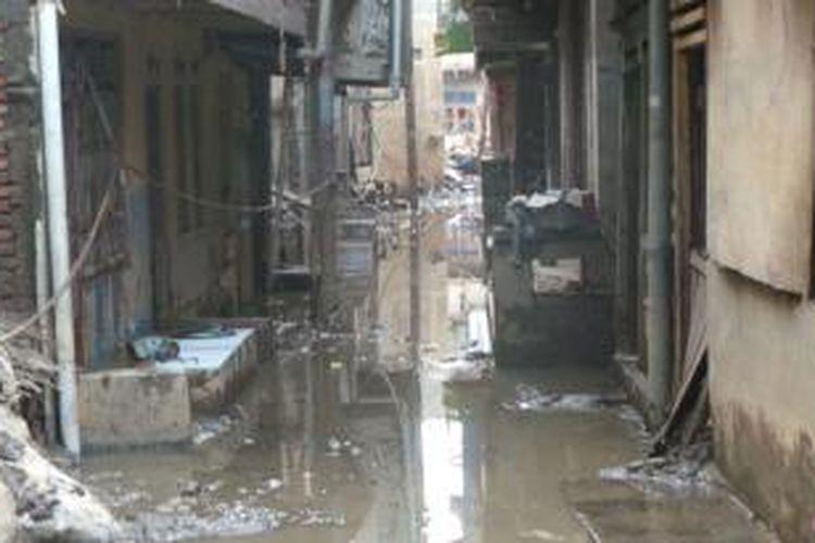 Pemukiman warga Kampung Pulo dikotori lumpur akibat bajir hampir yang merata hampir setiap hari selama satu bulan. Rabu (12/2/2014).
