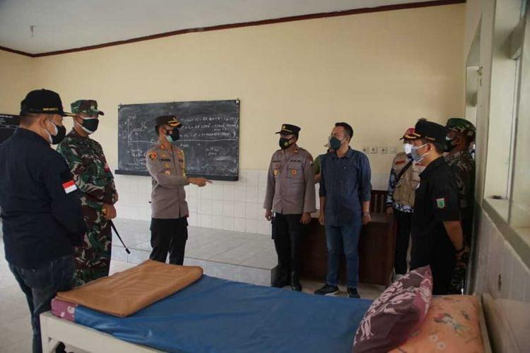 Kapolres Malang AKBP Bagoes Wibisono saat meninjau gedung sekolah yang dijadikan sebagai safe house penderita Covid-19, Sabtu (10/7/2021).