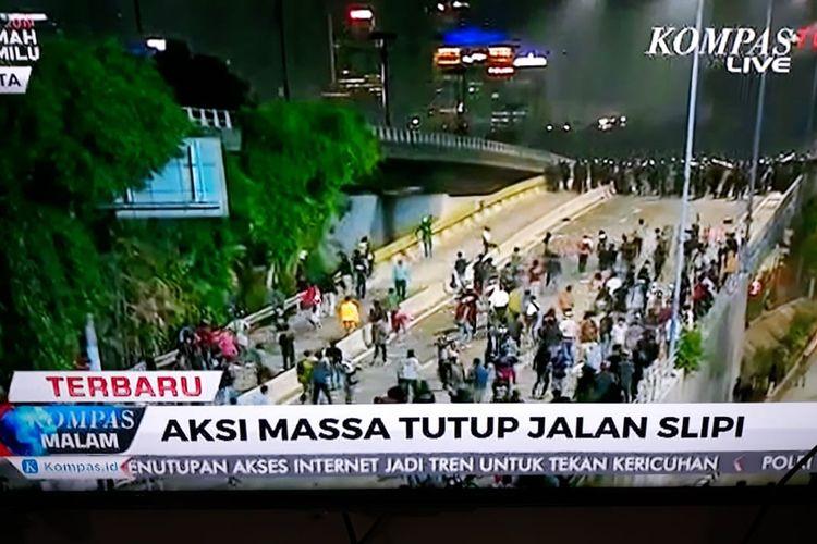 Kerusuhan masih terjadi di sejumlah wilayah di seputar kawasan Senayan, Jakarta, Selasa (24/9/2019) malam. Salah satunya di kawasan Slipi.