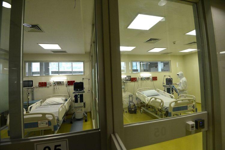 Petugas medis menyiapkan fasilitas baru untuk pasien anak yang terinfeksi virus corona (COVID-19) di RSUPN Dr Cipto Mangunkusumo, Jakarta, Kamis (30/4/2020). Kapasitas ruangan untuk penanganan pasien corona RS tersebut bertambah dari sebelumnya dilakukan di tiga lantai Gedung Kiara (lantai 1, 2, dan 6) menjadi empat lantai dengan tambahan di lantai 4. ANTARA FOTO/Aditya Pradana Putra/nz