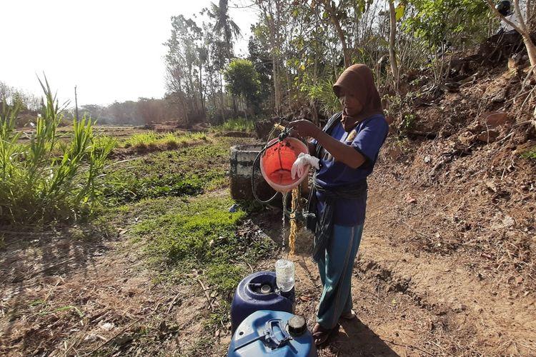 Warga Mengambil Air dari Sumur di Ladang Dusun Kedungwalikukun, Desa Sitimulyo Piyungan, Bantul Selasa (15/10/2019)
