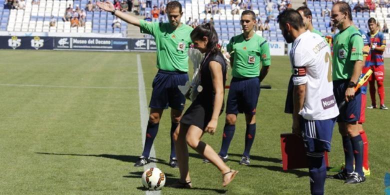 Pebulu tangkis Spanyol, Carolina Marin (tengah), melakukan tendangan kick-off pada pertandingan sepakbola Divisi Dua Spanyol antara Recreativo Huelva dan Unió Esportiva Llagostera, Sabtu (6/9/2014).