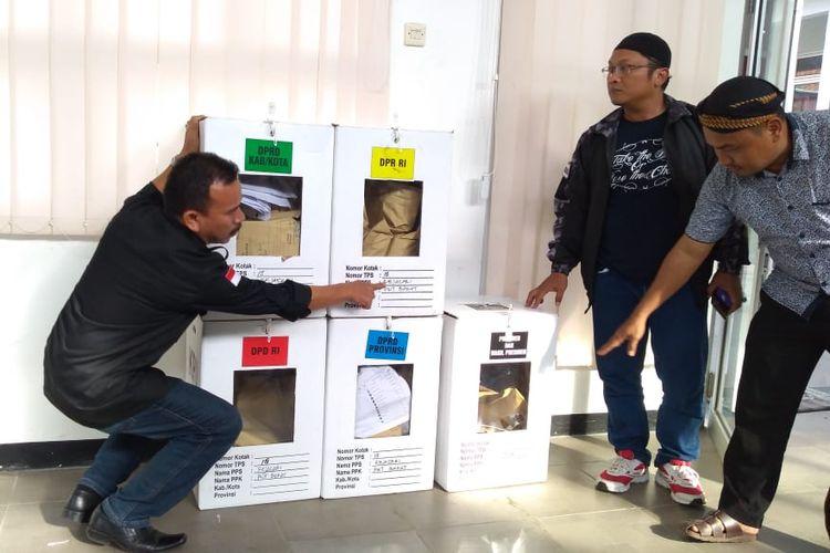 Ilustrasi: Anggota Bawaslu Banyumas mengecek kotak suara dari TPS 18, Kelurahan Rejasari, Kecamatan Purwokerto Barat, Kabupaten Banyumas, Jawa Tengah, Kamis (18/4/2019).