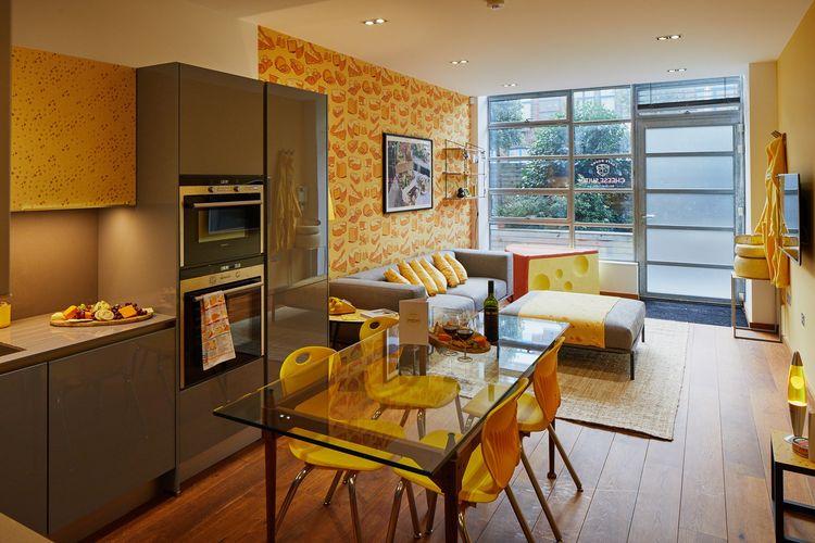 Akomodasi yang disediakan dalam Cheese Suite. Dapur dapat digunakan untuk mencoba resep yang ada dalam buku masak yang tersedia dalam kamar tersebut.