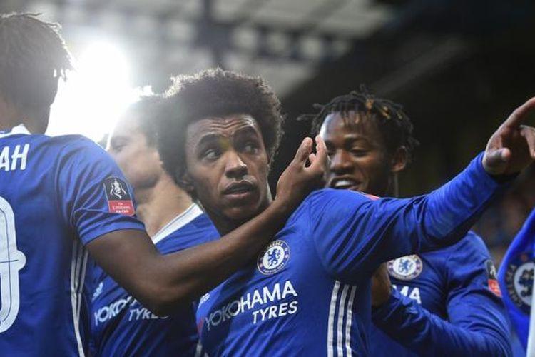 Para pemain Chelsea merayakan gol Willian ke gawang Brentford pada partai babak keempat Piala FA di Stadion Stamford Bridge, Minggu (28/1/2017).