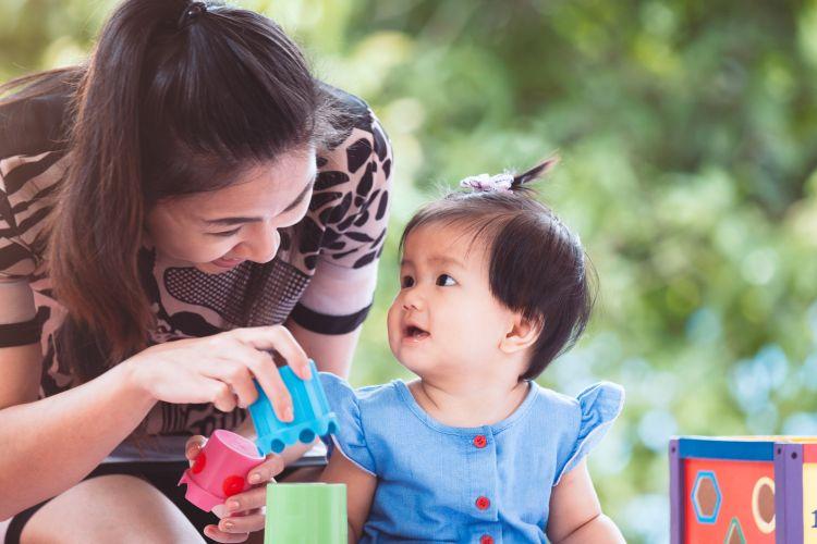 Ilustrasi anak bermain dengan ibunya.