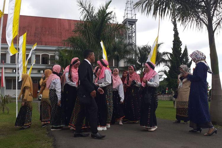 Siswi Madrasah Aliyah Negeri 3 Ruteng, Kabupaten Manggarai, NTT berpartisipasi dalam pentahbisan Uskup Ruteng, Mgr Siprianus Hormat di Gereja Katedral Ruteng, Kamis, (19/3/2020).