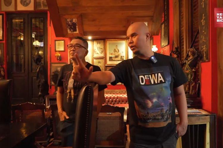 Musisi Ahmad Dhani ketika menunjukkan barang-barang antiknya kepada Helmy Yahya