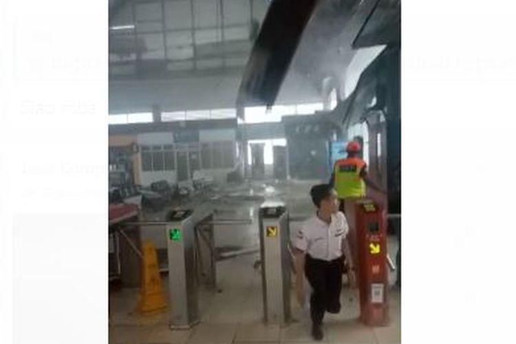 Atap Stasiun Serpong terlepas dan berterbangan masuk ke dalam area stasiun karena hujan deras dan angin kencang yang terjadi pada Minggu (22/12/2019) sore.