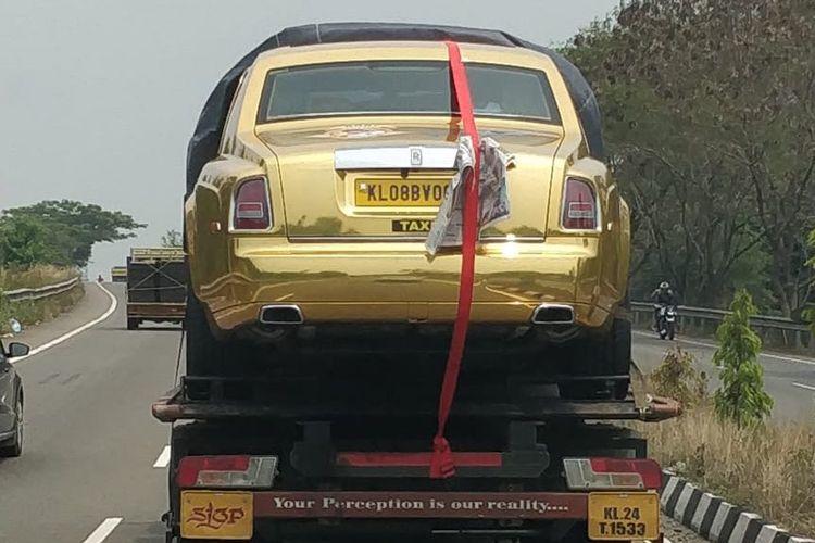 Mobil Rolls-Royce milik Boby Chemmanur di India disewakan jadi taksi carteran. Harga paketnya Rp4 juta untuk perjalanan 300 kilometer dan menginap di resort selama dua hari.