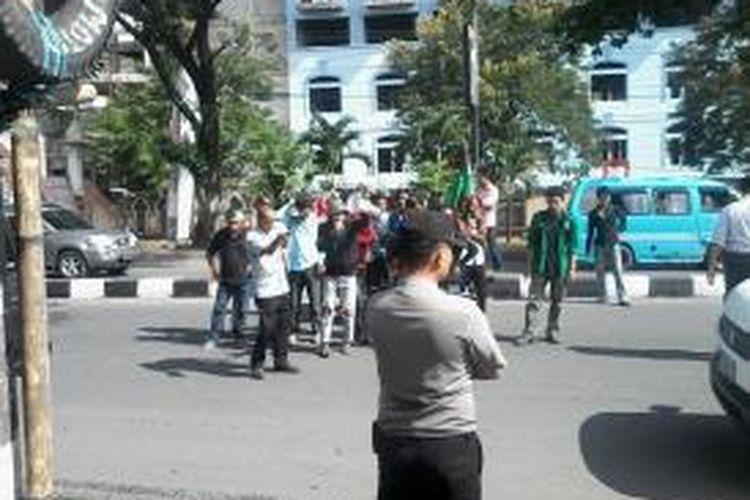 Mahasiswa HMI cabang Gowa Raya melakukan aksi demonstrasi di Makassar terkait kasus ijazah palsu tiga anggota DPRD Takalar di Jl Sultan Alauddin, Rabu (3/6/2015).