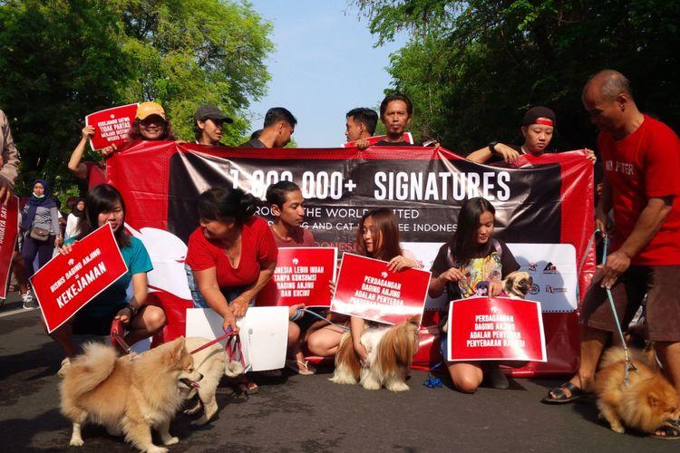 Koalisi Dog Meet Free Indonesia melakukan longmarch mendesak pemerintah merealisasikan larangan perdagangan daging anjing dan kucing di Solo, Jawa Tengah, Minggu (11/11/2018).