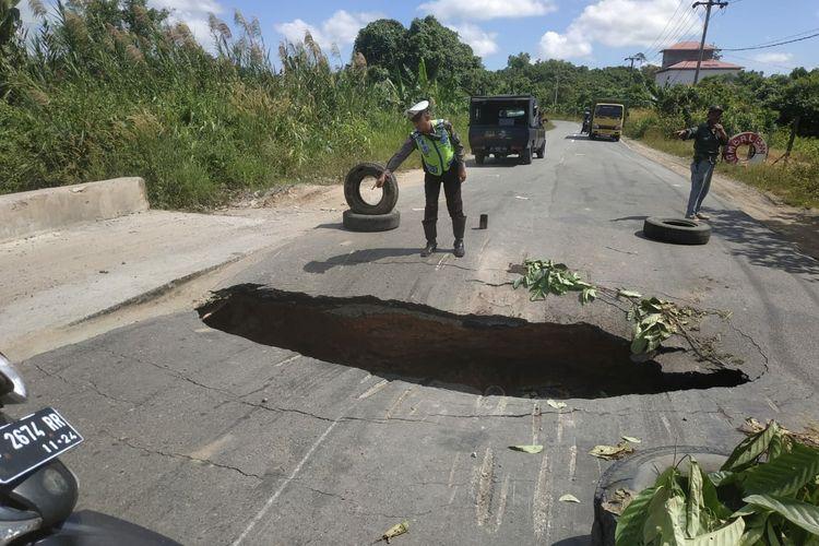 Jalan poros nasional yang menghubungkan Kota Bontang - Kutai Timur, amblas, Kamis (12/3/2020).