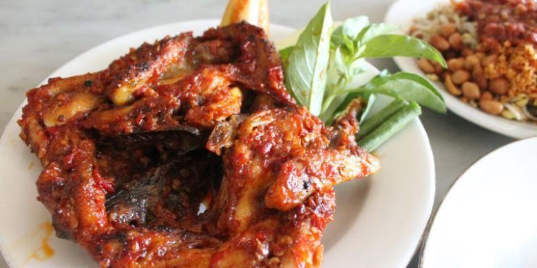 Ayam Taliwang dengan bumbu pedas dan terasi Lombok.