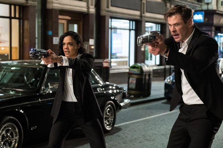 Chris Hemsworth dan Tessa Thompson dalam Men in Black: International (2019)
