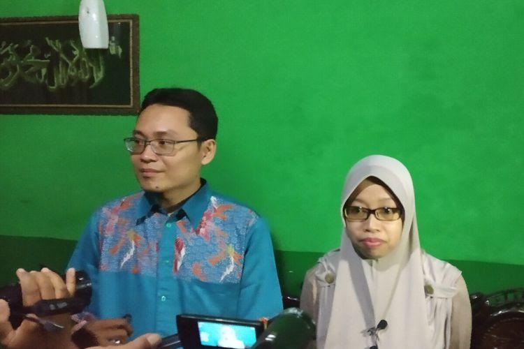 Hilyatu Millati Rusdiyah (33) bersama suaminya, Ahmad Syaifuddin Zuhri (35) ditemui di rumahnya Desa Malangan, Kecamatan Tulung, Klaten, Jawa Tengah, Senin (17/2/2020).