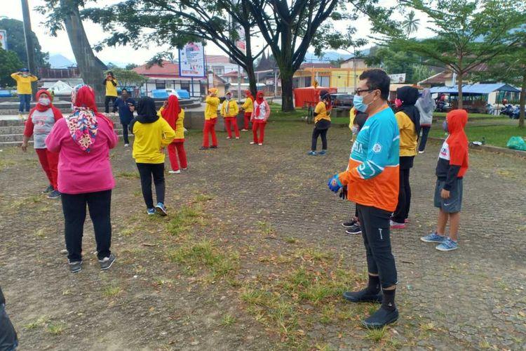 Pjs Bupati Solok Selatan Jasman Rizal memberi arahan kepada kelompok senam yang berolahraga tanpa masker, Minggu (18/10/2020)
