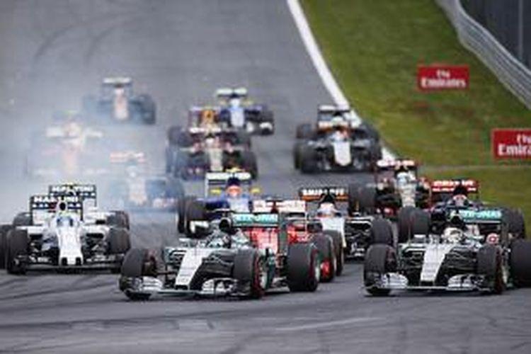 Para pebalap memacu mobil mereka setelah start GP Austria di Sirkuit Red Bull, Spielberg, Minggu (21/6/2015).