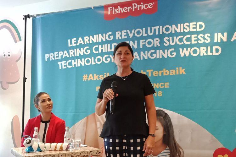 Director of Early Childhood Development Research Fisher Price, Deborah Weber, Ph.D (baju hitam)saat menjelaskan mengenai mainan edukatif anak dalam sebuah diskusi di Jakarta, Rabu (11/4/2018).