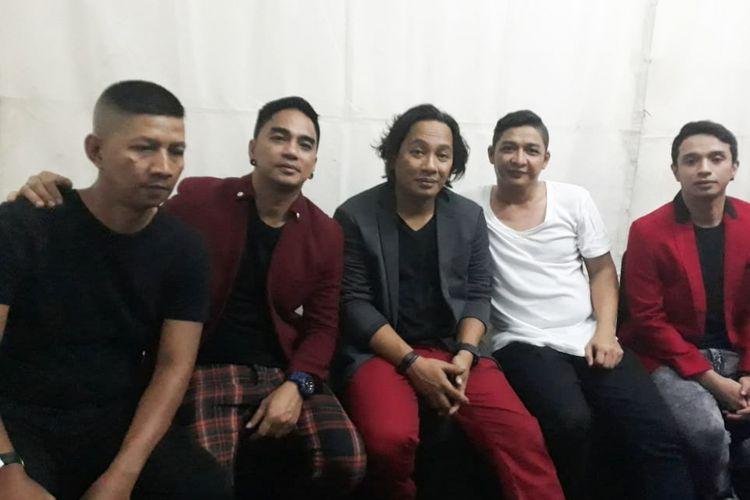 Pasha (vokal), Makki (bas), Enda (gitar), Onci (gitar), dan Rowman (drum) yang tergabung dalam grup band Ungu usai tampil di panggung Sweet 17 Trans Media di Lapangan Sunburst BSD City, Tangerang Selatan, Sabtu (15/12/2018).