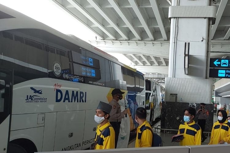 Pekerja migran Indonesia yang diantar jemput dengan bus Damri