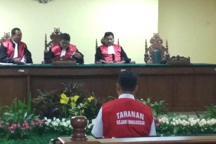 Muhammad Rusdi (21), terdakwa kasus pembunuhan taruna Akademi Teknik Keselamatan Penerbangan (ATKP) Makassar Aldama Putra Pongkala saat menghadiri sidang pembacaan tuntutan di Pengadilan Negeri Makassar, Rabu (31/7/2019).
