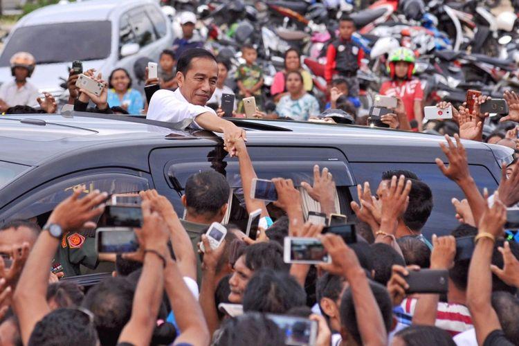 Presiden Joko Widodo bersalaman dengan warga saat kunjungan kerja di Rote Ndao, Nusa Tenggara Timur, Senin (8/1/2018).