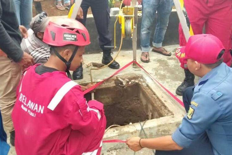 Proses evakusi dua tukang gali sumur yang sedang perbaiki pompa air di Desa Cikahuripan, Kecamatan Kadudampit, Sukabumi, Jawa Barat, Minggu (15/11/2020).