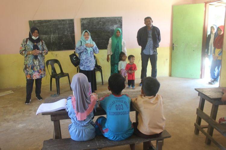 Ketua DPRD Nunukan Dani Iskandar (paling kanan) langsung mendatangi sekolah filial di Desa Samaendre Semaja yang hanya memiliki satu orang guru. Susi Susanti, satu-satunya guru yang bertahan di sekolah tersebut, saat ini hamil 7 bulan. Dia khawatir terhadap persiapan siswa kelas VI yang harus menghadapi ujian akhir sekolah.