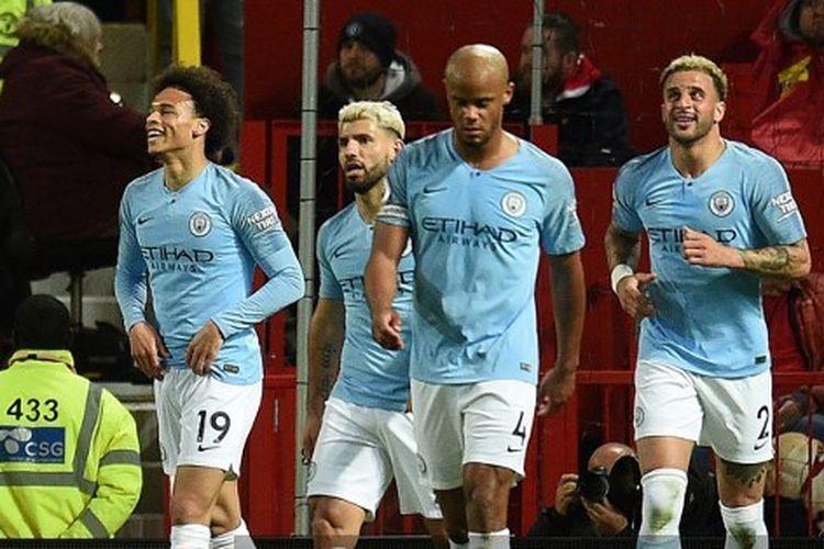 Para pemain Manchester City merayakan gol yang dicetak Leroy Sane pada kontra Manchester United di Stadion Old Trafford, 24 April 2019. Manchester City menang 2-0 dalam Derbi Manchester ini.