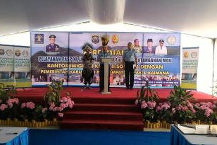 Dirjen Imigrasi Kemenkumham Ronny F Sompie saat meresmikan Pos Pelayanan Paspor Jarak Jauh untuk tiga kabupaten di Papua Barat. Peresmian dilakukan di Kantor Imigrasi Sorong, Papua Barat, Jumat (16/10/2015).
