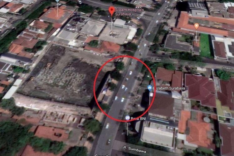 Lokasi jalan amblas di Jalan Raya Gubeng, Surabaya yang amblas, tepat di samping proyek pembuatan rubanah RS Siloam Surabaya.