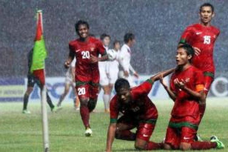 Evan Dimas melakukan selebrasi dengan mengangkat tangan usai melesakkan gol ke gawang Korea Selatan, Sabtu (12/10/2013).