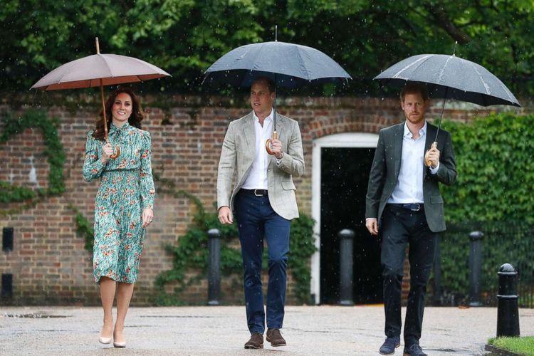 Pangeran William dan istri, Kate Middleton, bersama Pangeran Harry mengunjungi Taman Putih.