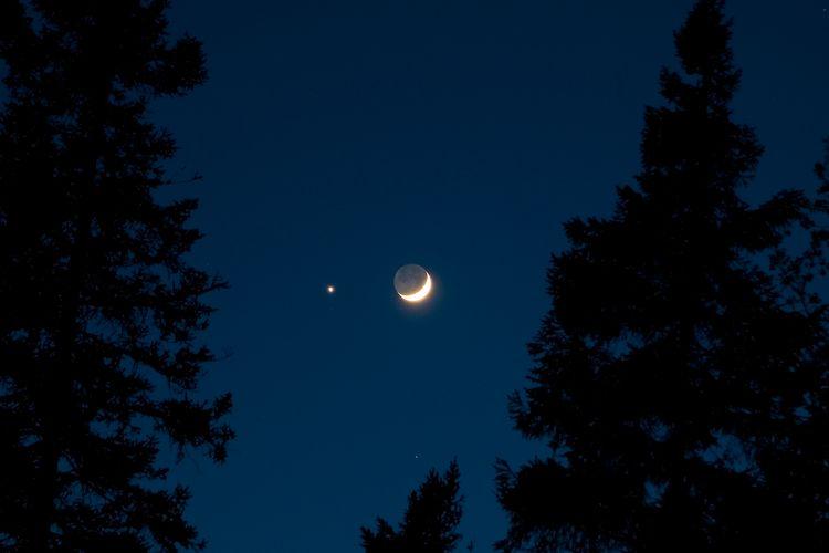Ilustrasi konjungsi bulan dan venus.