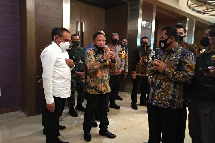 Menteri Dalam Negeri Tito Karnavian menjelaskan sesuatu kepada wartawan usai Rapat Koordinasi Pelaksanaan Pilkada Serentak 2020 di Hotel Grand Aston Medan. Di sebelahnya, Gubernur Sumut Eddy Rahmayadi.