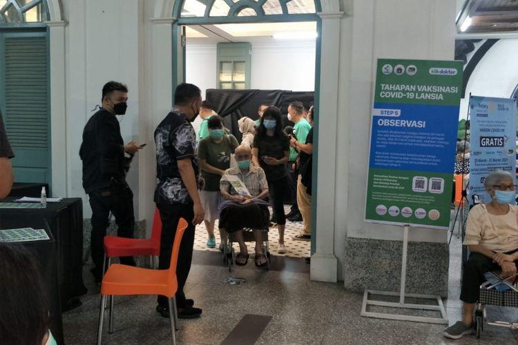 Beberapa lansia menjalani vaksinasi Covid-19 di Mall Kelapa Gading 5 lantai 3, Kamis (25/3/2021).