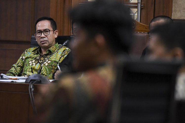 Terdakwa kasus korupsi pengadaan alat kesehatan di Provinsi Banten Tubagus Chaeri Wardana (kiri) mendengarkan keterangan saksi saat menjalani sidang lanjutan di Pengadilan Tipikor, Jakarta, Jumat (17/1/2020). Sidang kasus korupsi pengadaan alat kesehatan di Puskesmas Kota Tangerang Selatan, alat kedokteran di rumah sakit rujukan Provinsi Banten dan tindak pidana pencucian uang itu beragendakan mendengarkan keterangan saksi yang dihadirkan Jaksa Penuntut Umum.  ANTARA FOTO/Hafidz Mubarak A/ama.