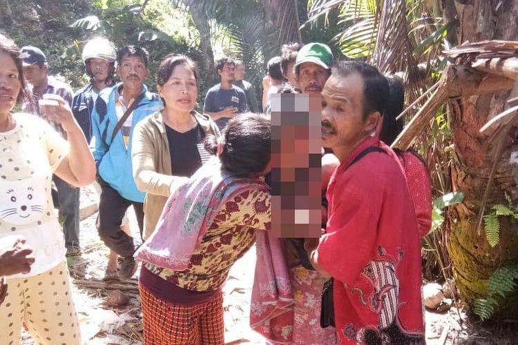 Suasana haru saat Hasni berhasil dievakuasi dari celah bebatuan yang tak jauh dari rumahnya. Sanak keluarga  langsung memeluk Hasni, yang diduga telah hilang dan bahkan telah meninggal dunia selama 15 tahun.