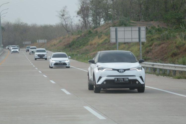 Tim Toyota 5 Continents Drive Asia 2019–2020 melintas 1000 kilometer jalanan di Pulau Jawa dari Jakarta hingga Surabaya.