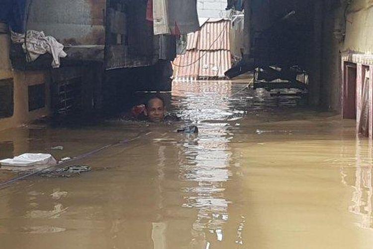 Permukiman warga di RW 4 dan RW 5 Kebon Pala, Kelurahan Kampung Melayu, Jakarta Timur, Senin (8/2/2021). Terendam banjir akibat Kali Ciliwung meluap, sebanyak 230 jiwa di Kelurahan Kampung Melayu, Jatinegara, Jakarta Timur mengungsi.