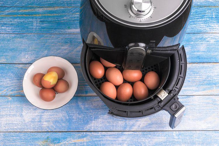 Ilustrasi memasak telur menggunakan air fryer.