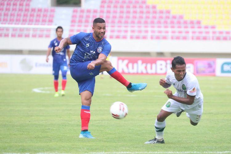 Bek Persikabo, Abduh Lestaluhu, memblok tembakan dari pemain Arema FC Bruno Smith pada laga pembuka Piala Menpora 2021 antara Arema FC dan Tira Persikabo di Stadion Manahan, Solo, pada Minggu (21/3/2021).