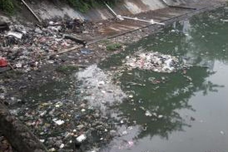Limbah rumah tangga yang dibuang di Waduk Kebon Melati, Tanah Abang, Jakarta, Kamis (18/7/2013). Pemprov DKI Jakarta bersama pemilik lahan berencana menormalisasi waduk.
