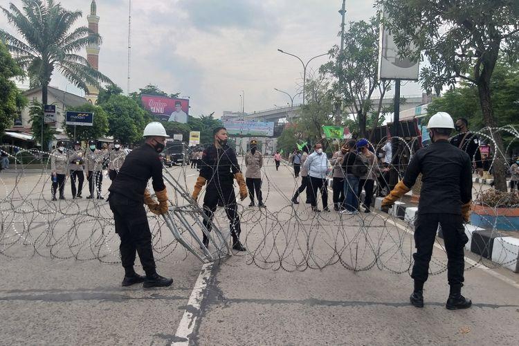 Akses jalan menuju Polda Sumatera ditutup polisi sehingga terjadi kemacetan panjang, Kamis (17/12/2020).