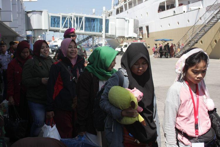 Para penunpang arus balik di Pelabuhan Soekarno Hatta Makassar saat hendak menaiki kapal, Selasa (11/6/2019) siang.