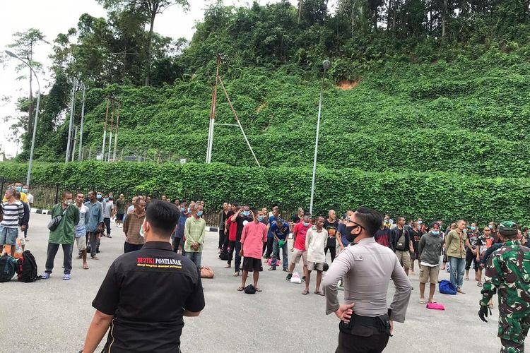 Sebanyak 252 pekerja migran Indonesia bermasalah didata dan diperiksa kesehatannya oleh petus di PLBN Entikong, Kabupaten Sanggau, Kalimantan Barat, Kamis (23/4/2020).